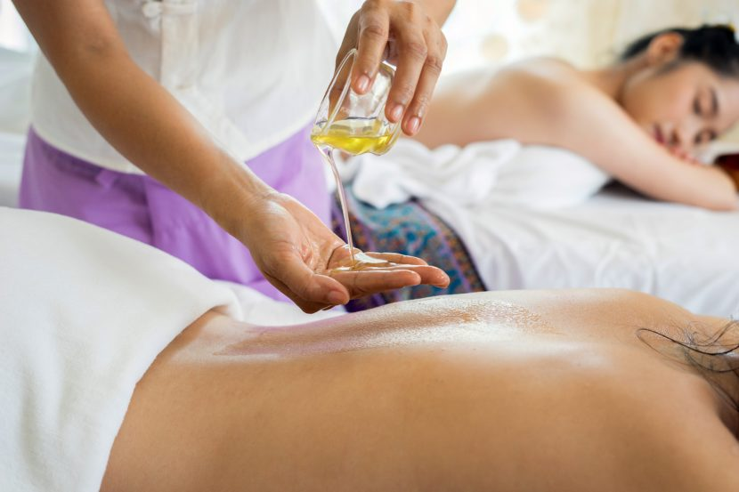 femme ayant un massage à l'huile aromathérapie