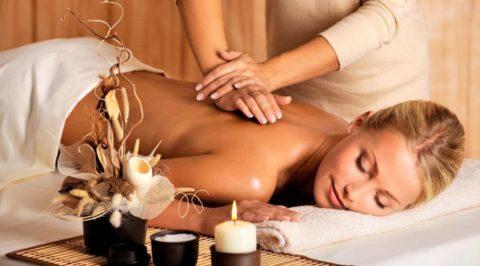 femme allongée qui se fait masser le dos