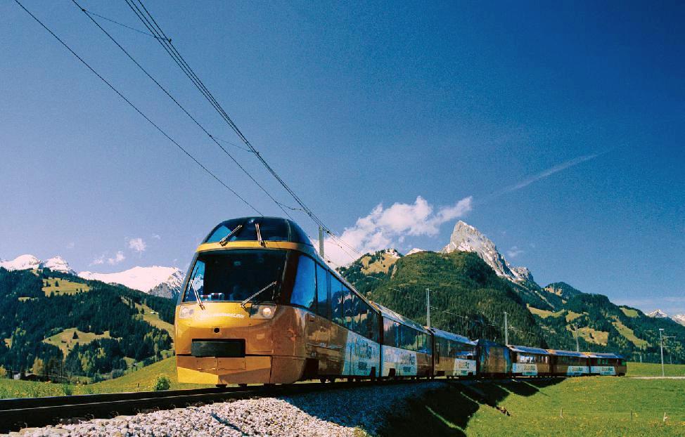 train doré et montagnes