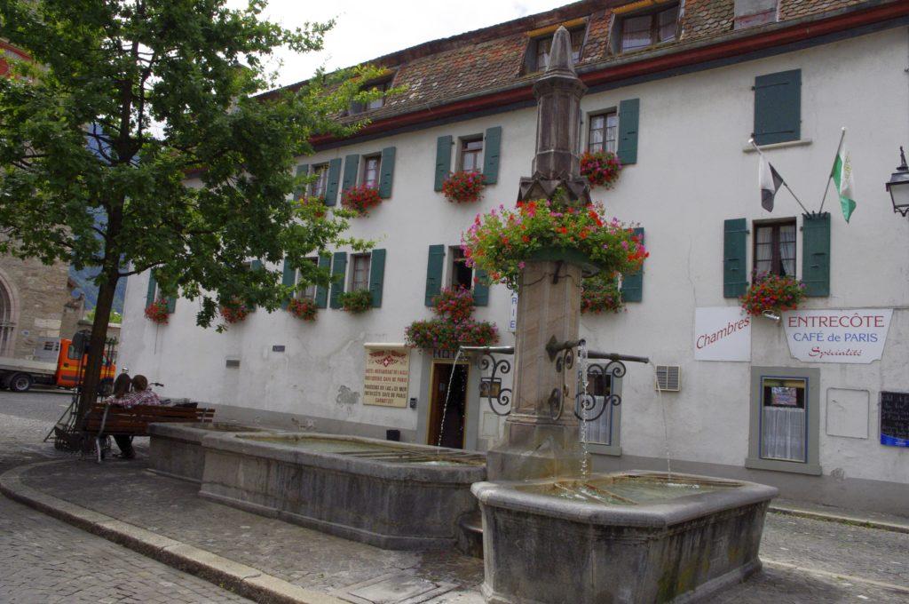 façade de maison avec fontaine