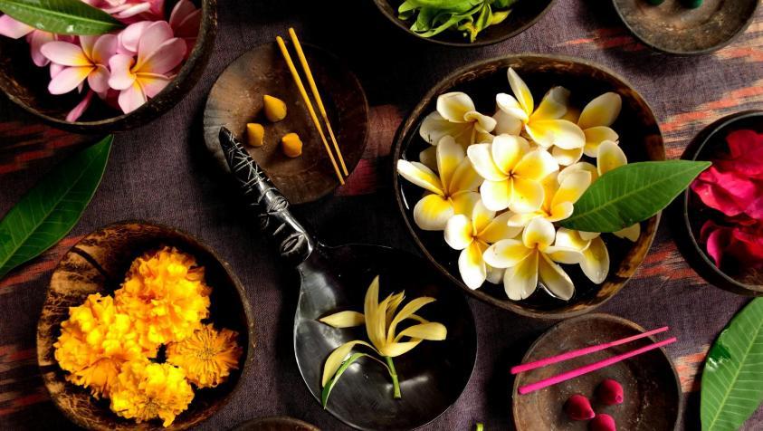 fleurs et coupelles de coco avec feuilles vertes