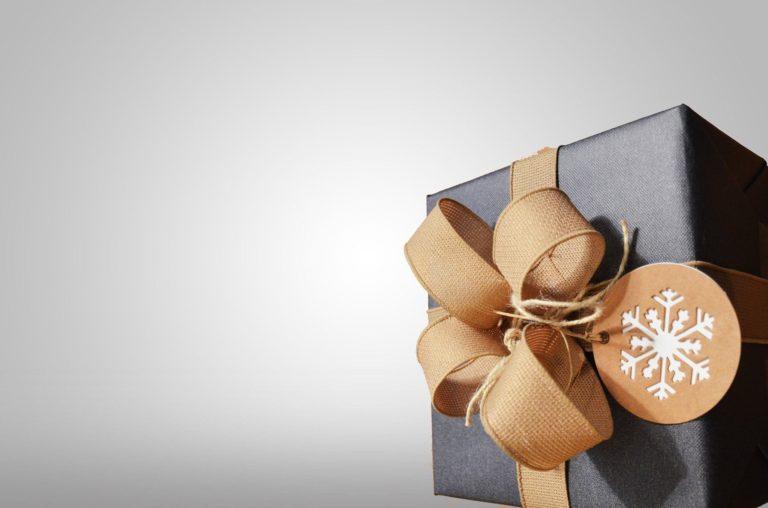 cadeau gros avec ruban doré