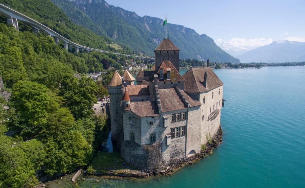 château, lac et montagne