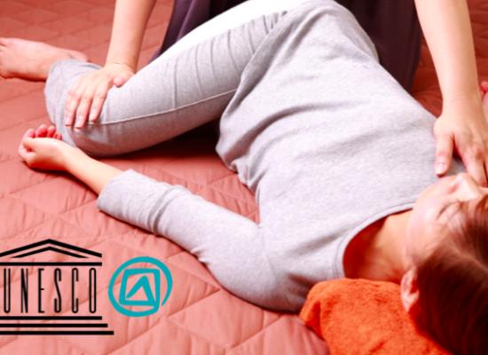 femme allongée massage thaï