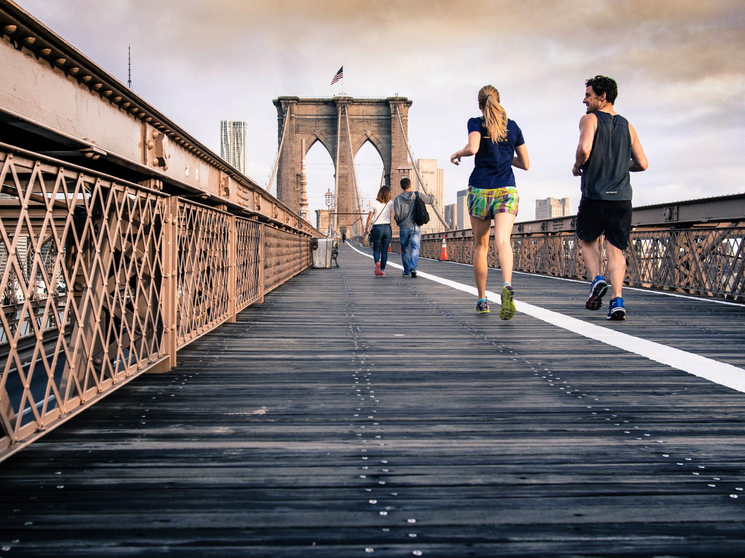 homme et femme qui court sur un pont